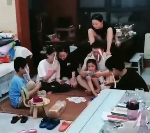 姑姑带着7个娃过暑假 打饭要排队