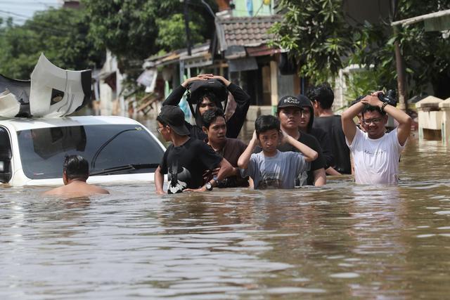 洪灾已造成郑州市区12人死亡