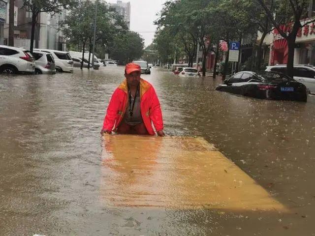 媒体问郑州暴雨灾情:谁为地铁喊停?