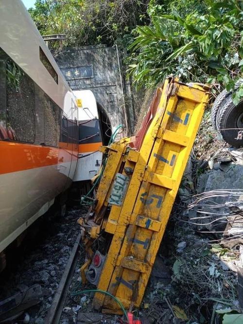 台铁脱轨列车上多为清明扫墓民众