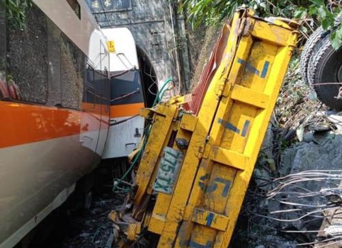 台铁列车发生出轨事故:多人无生命征象