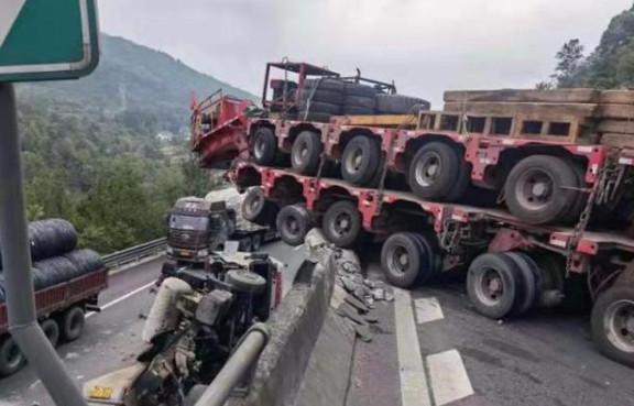 京昆高速绵广向一辆9轴货车侧翻