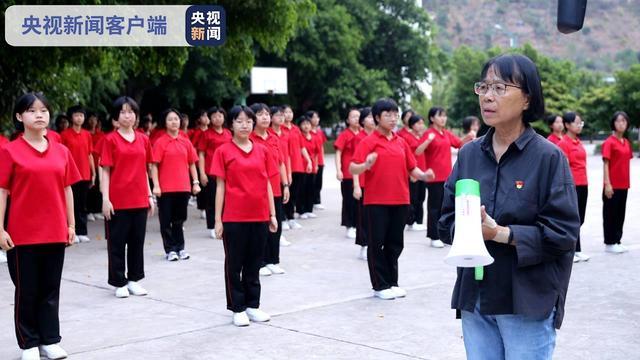 班主任拄拐杖为学生送考