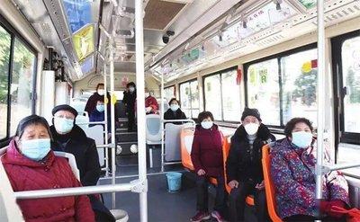 公交上大妈拒戴口罩还自称美国人