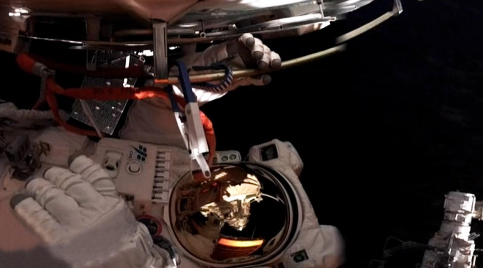 航天员出舱在太空行走
