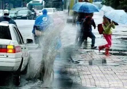 开车溅人一身水是违法行为