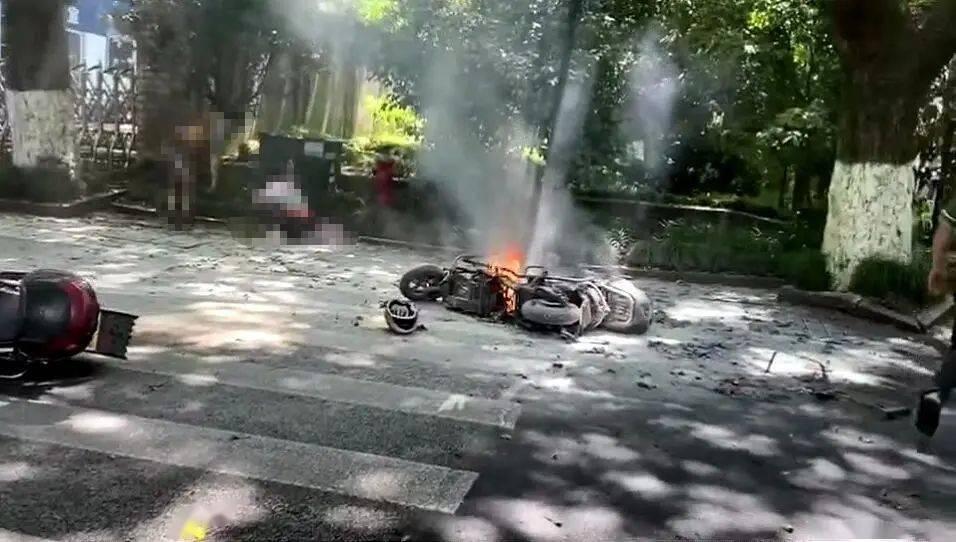 电瓶车行驶中爆燃 烧伤女孩病危