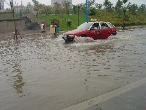 暴雨中男子救人失败 双双被冲走