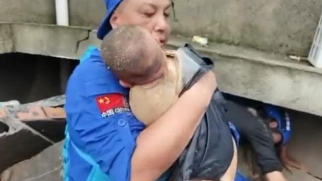 埋废墟获救女婴母亲已身亡 网友:伟大妈妈把生的希望给了孩子