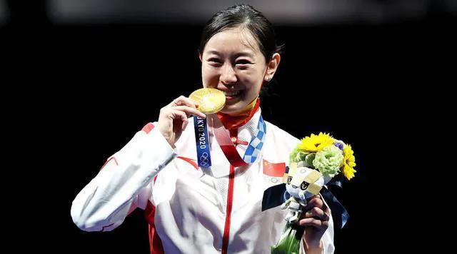 奥运冠军为啥都爱咬金牌