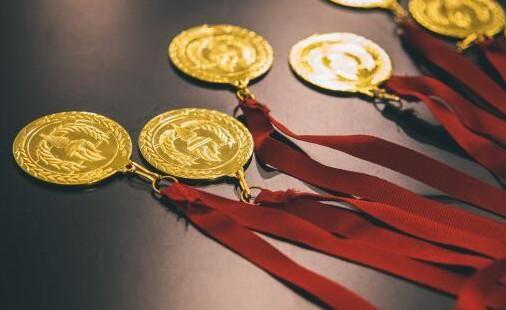 奥运会金牌是不是纯金的值多少钱 奥运冠军为什么都爱咬金牌拍照