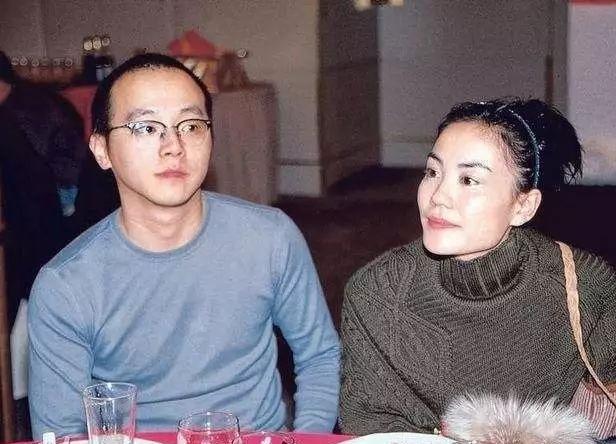 50岁王菲挺大肚痛哭