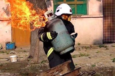 大连一住户家中爆燃致8死5伤