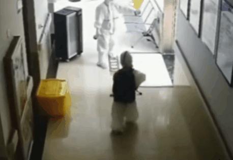 4岁孩子核酸阳性 独自在医院检查