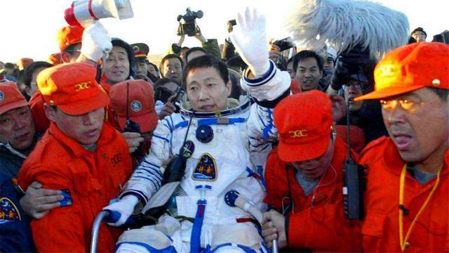 三名航天员顺利出舱状态良好