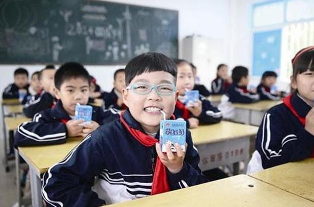 学生连喝11瓶奶涉事校长产业庞大